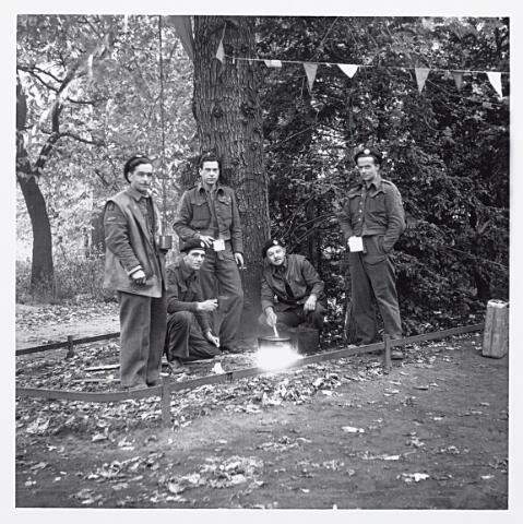 012148 - WO2 ; WOII ; Tweede Wereldoorlog. Bevrijding. Schotse tankbemanning van de Desert Rats drinken een mok thee in het Wilhelminapark