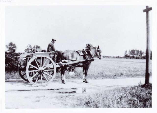 062022 - Landbouw. Jordanus van Mensvoort boerde aan de Bosscheweg. Hier op een hoogkar op de Beukendreef
