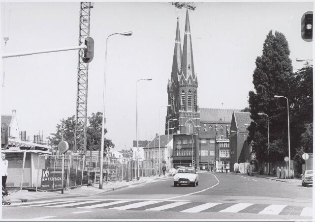 021537 - Aannemersbedrijf Van Hees in oktober 1979 bezig met de bouw van winkelcentrum Heuvelpoort. Hotel De Lindeboom, midden op de achtergrond, zou een maand later ook worden gesloopt