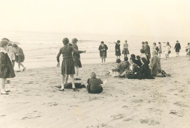 651631 - Meisjesschool Vincentius. Tilburg. Ter afsluiting van hun schoolreis gingen leerlingen en docenten nog even langs zee. Erin gingen ze niet, te koud! Maar plezier hadden ze wel.