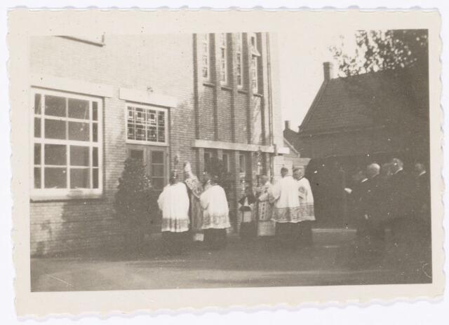 051630 - Middelbaar onderwijs. Inzegening van de nieuwbouw van het R.K. Theresialyceum door bisschop A.F. Diepen.