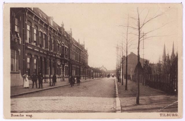 002664 - Bosscheweg, nu Tivolistraat, richting Heuvel. De kleine arbeidershuisjes links op de achtergrond, werden in 1913 door de directeur van Publieke Werken, Rückert, al als krotwoningen gekenschets. Kort daarna zij ze dan ook gesloopt. Op deze plaats kwam later de Rabobank.