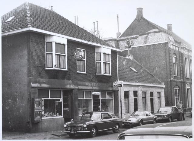 024728 - Links de tabakswinkel van Frans Bertens en daarnaast dierenspeciaalzaak The Trimshop aan de Korvelseweg begin 1973