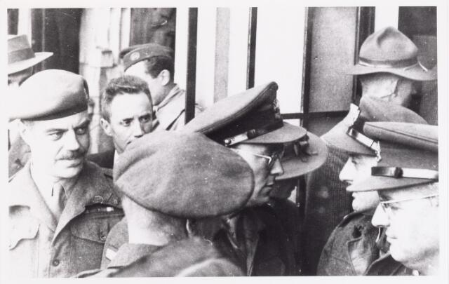 012624 - WOII; WO2; Tweede Wereldoorlog, Bevrijding. Prins Bernhard temidden van enkele geallieerde officieren tijdens de bevrijdingsfesten op 4 november
