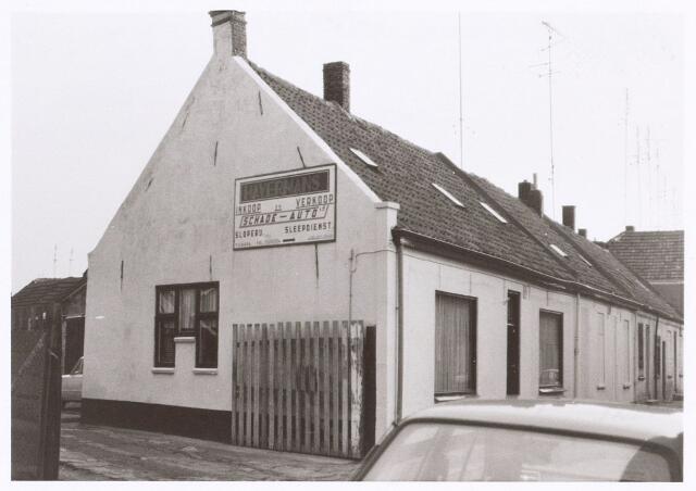 017194 - Entree van garage Havermans aan de Capucijnenstraat. Jarenlang woonde hier kolenhandelaar Piet Bijnen