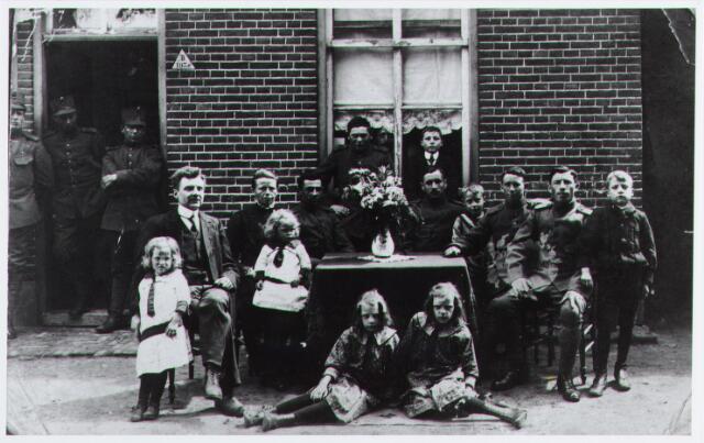 057154 - Oisterwijk. De familie Cornelissen met ingekwartierde militairen tijdens de 1e wereldoorlog. Links zittend het echtpaar Albert Cornelissen en Lena van de Wiel.