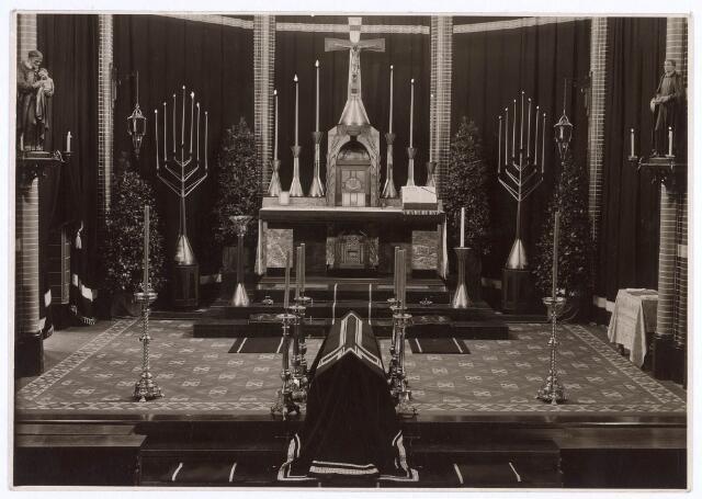 018638 - Rouwversiering zonder conopeum en antependium in de kapel van het moederhuis van e fraters aan de Gasthuisstraat (nu Gasthuisring). Foto dateert uit 1930