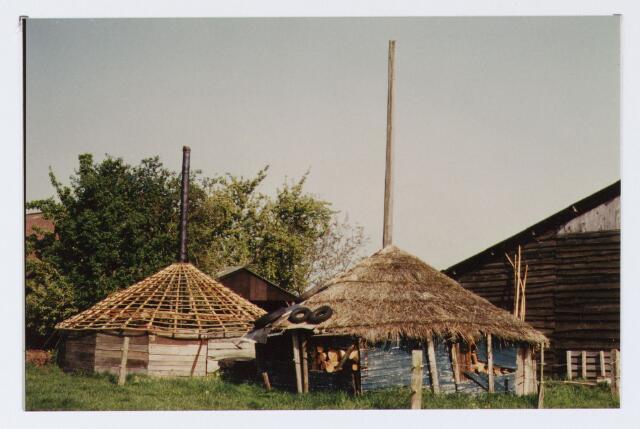 062748 - Hooimijten achter een boerderij aan de Heikantsebaan