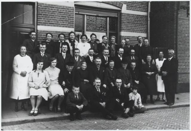 """056333 - Zilveren bruiloft van Gijs Luijten en Jet van Erven. Hij was """"barbier""""aan de Molenstraat. Later verhuizen zij naar de Tilburgseweg, waar zij kort voor de oorlog hotel de Spie openen. Op de eerste rij v.l.n.r.: NN, NN, zoon Toon Luijten geboren te Goirle op 22 maart 1904 en NN.  Zittend op de tweede rij v.l.n.r.: aanstaande schoondochter Bertha Janssens geboren te Tilburg op 4 mei 1906, dochter Nellie Luijten geboren te Goirle op 17 decenber 1909, oom Tiest Luijten geboren te Goirle op 13 februari 1853 (hij was weduwnaar van M.Th. van Loon en woonde in het Adrianusgesticht in Hilvarenbeek), de moeder van de zilveren bruidegom Engelina Luijten-van Osch geboren te Goirle op 9 januari 1858, Gijs Luijten geboren te Goirle op 13 april 1880, Jet van Erven geboren te Goirle op 13 augustus 1879, haar vader Drik van Erven geboren te Goirle op 12 januari 1841 en Trien van Erven geboren te Goirle op 12 december 1869. Staande op de volgende rij v.l.n.r.:, NN,  Pierre van Gils geboren te Goirle op 28 december 1893, Kees van Boxtel geboren te Goirle op 14 juli 1888, Jan Luijten geboren te Goirle op 29 juli 1884, Jan Schuermans geboren te Tilburg op 19 december 1874, Piet Janssens (vader van Bertha) geboren te Tilburg op 2 maart 1874, Jan van Erven geboren te Goirle op 22 april 1883, Drik Verhoeven geboren te Goirle op 18 maart 1887, Jans van de Pol-van Erven geboren te Goirle op 29 december 1877,  NN en Charles van de Pol geboren te Goirle op 19 oktober 1874. Op de laatste rij v.l.n.r.: NN, Bertha van Gils-Luijten geboren te Goirle op 22 april 1895, Marie van Boxtel- Luijten geboren te Goirle op 4 maart 1890, Jans Luijten- van Puijenbroek geboren te Goirle op 2 oktober 1886, Dien Schuermans-Luijten geboren te Goirle op 23 oktober 1886, Marie Janssens-Verbunt geboren te Tilburg op 6 augustus 1874, NN, Anna Verhoeven-van Erven geboren te Goirle op 8 september 1887, Mina van Erven-Santegoets geboren te Goirle op 19 december 1884, Bertha Spijkers- van Erven geboren te Goirle """