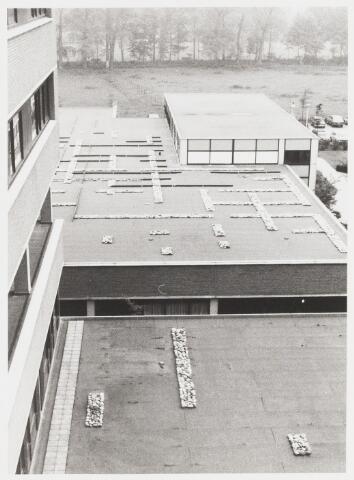 067822 - DAKVERSIERING van Revalidatie-afdeling en Streeklaboratorium van het ELISABETH ZIEKENHUIS door beeldend kunstenaar Pjotr van OORSCHOT (geb. Rijswijk Gld.1944). Zie foto 67820 Trefwoorden: Kunst, openbare ruimte.