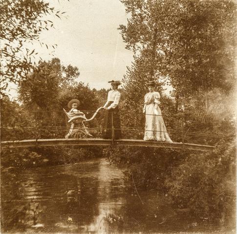 653621 - Drie personen op een brug. Locatie onbekend. (Origineel is een stereofoto.)