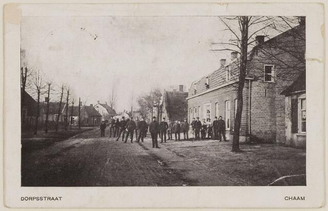 083183 -  Dorpsstraat met groepje burgers en militairen