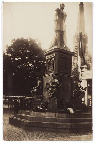 000986 - Het standbeeld van koning Willem II op de Heuvel. Het beeld, afkomstig uit Den Haag, werd aldaar geplaats op het Buitenhof in 1854. Het werd ontworpen door de Utrechtse kunstenaar E.F. Georges. In 1924 kwam het beeld naar Tilburg, waar het op 26 september 1924 onthuld werd door koningin Wilhelmina. In 1996 is het beeld gedraaid en enkele meters verplaatst.
