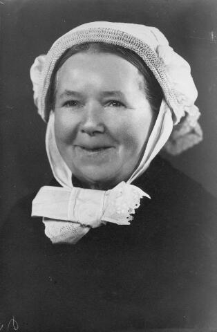 066337 - Klederdracht. Cornelia van Beerendonk, geboren te Udenhout op 17 oktober 1872, dochter van klompenmaker Hendrik van Beerendonk en Wilhelmina Bouwens. Zij trouwde met klompenmaker Martinus Sweens. Zij draagt de muts van de arbeidersvrouwen.