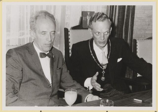 072958 - Opening gemeentehuis door de Commissaris van de Koningin Kortmann.  Bijzondere raadsvergadering. Gesprek tussen burgemeester, G.J.J.Poort en de commissaris, C.N.M. Kortmann.