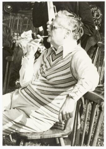 067355 - Schuttersgilden. Handboogschuttersgilde Sint Sebastiaan. Cornelis Ch. H. van Dun (gest. 1977),  Hoofdman (1967 -1977) van het Koninklijk Handboogschuttersgilde Sint Sebastiaan van Willem III te Tilburg, toekijkend bij een wedstrijd op het terrein na het gildehuis Boerke Mutsaers.