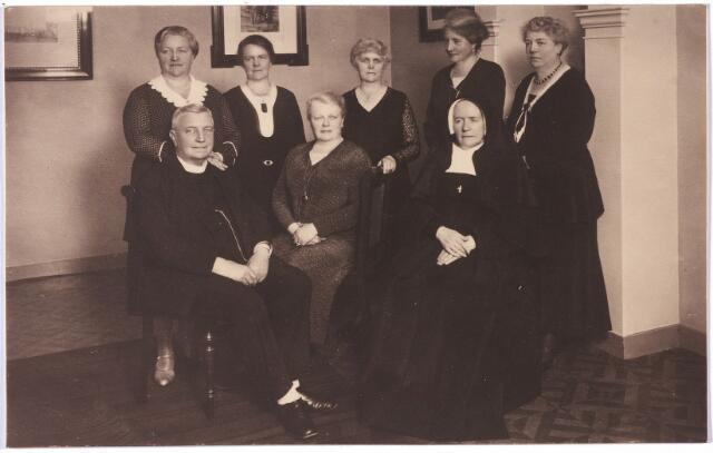 004713 - Kinderen van Eduard F.A. Janssens (1835-1911), de stichter van de wollenstoffenfabriek Janssens de Horion, en Marie F.A.A. de Horion de Corby (1841-1907). V.l.n.r. zittend: Mgr. Alphons M.J. Janssens (1865-1951), Leonie M.H. van Spaendonck-Janssens (1877-1947), Zr. Marie Eduarda (Hortense J.C.M. Janssens 1862-1945). Staande v.l.n.r. Maria A.C.F. Swagemakers-Janssens (1883-1961), Adeline M.C.A. Janssens (1880-1974), Anna H.W.M. Houben-Janssens (1871-1950), Louise J.M. Verbunt-Janssens (1881-1971) enJosephine M.R. Goyarts-Janssens (1873-1949).