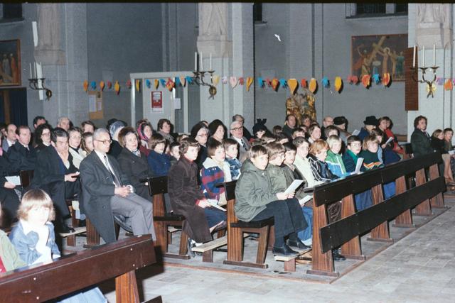 1237_011_831_001 - Religie. Katholiek. Parochie Ringbaan West. Viering van het vormsel in de Margarita Maria Alacoquekerk in februari 1978.