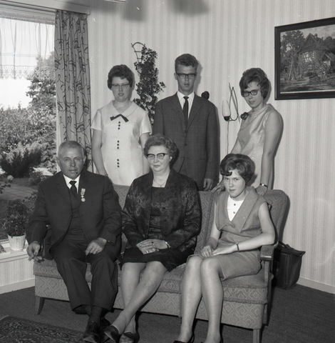 655002 - Portretten. Groepsfoto van een familie van een jubilaris, onderscheiding onbekend.