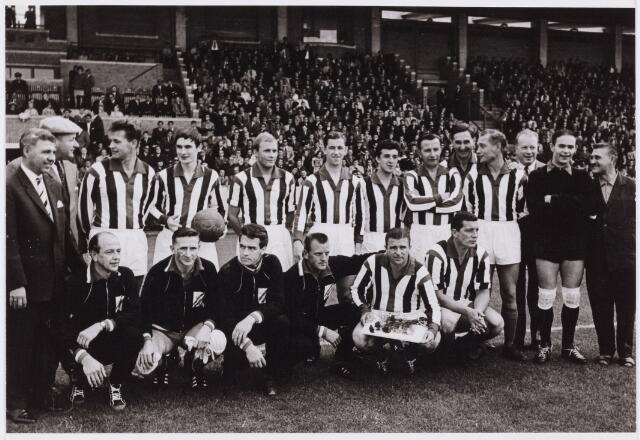 054061 - Sport. Voetbal. Willem II. Op genoemde datum speelde Willem II een vriendschappelijke wedstrijd, waarbij verschillende gastspelers actief waren Op de foto o.a. de Hongaarse sterspeler F. Puscas tweede van rechts onder. Rechts van hem Cor van der Hart.