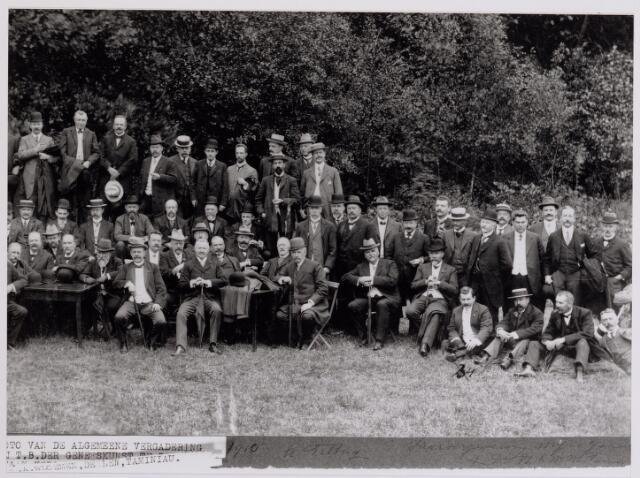 041977 - Geneeskunst. Leden van de afdeling Tilburg van de Koninklijke Nederlandse Maatschappij ter bevordering der Geneeskunst (KNMG) in 1910 bijeen ter gelegenheid van een algemene vergadering.
