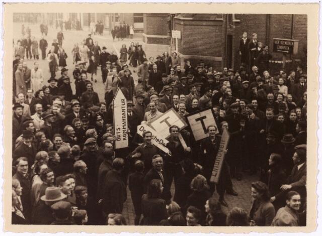 013317 - WO2 ; WOII ; Tweede Wereldoorlog. Bevrijding. Alles wat aan de Duitsers herinnert, wordt door de bevolking uit het straatbeeld verwijderd en in optocht meegevoerd naar de Markt