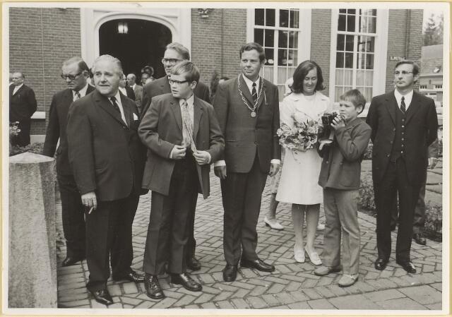 603541 - Burgemeester Hans Hoefsloot en zijn gezin, bij gelegenheid van z\ijn installatie in Udenhout op 7-8-1971