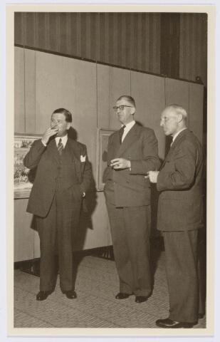 104190 - Energievoorziening. Identificatie tijdens de officiele overdracht van GEB aan de PNEM; v.l.n.r. notaris E. van Spaendonck (1900-1989), kandidaat-notaris Morsch en Ir. Bots.