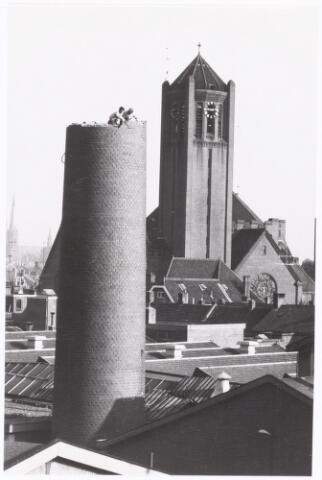 038635 - Volt.Zuid. Gebouwen. In 1961 kwam bij Volt Zuid een nieuw, modern oliegestookt ketelhuis gereed. Daardoor kon de 45 meter hoge fabrieksschoorsteen van de uit 1928 daterende kolengestookte ketels worden gesloopt. Het werk werd uitgevoerd door schoorsteenbouwbedrijf Het Zuiden te Tilburg. De schoorsteen moest letterlijk steen voor steen worden afgebroken. In verband met de dichte bebouwing was het niet mogelijk hem te laten vallen.