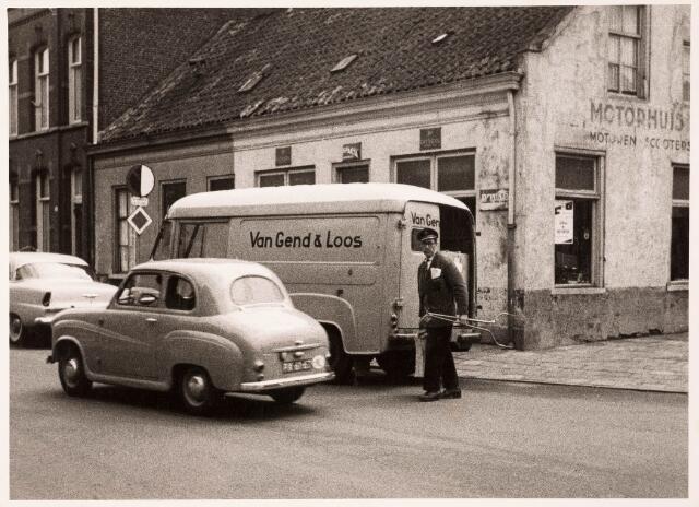 033360 - Het 'Motorhuis' van Toon Hoes aan de Bosscheweg 518, voorheen café 'In 't Bruin Vrachtpaard' Het pand werd rond 1960 gesloopt. De naam van de straat veranderde per 1 januari 1969 in Tivolistraat. In de straat een geparkeerde wagen van Van Gend & Loos.