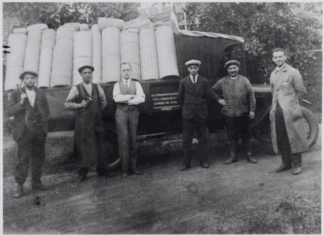 """045843 - Personeel en een vrachtwagen van de """"N.V. Stoomweverijen v/h C. Pijnenburg, linnens en jute"""" vanaf 1934 Pijnenburg's Weverijen N.V. Tweede van links Jan van der Zande."""