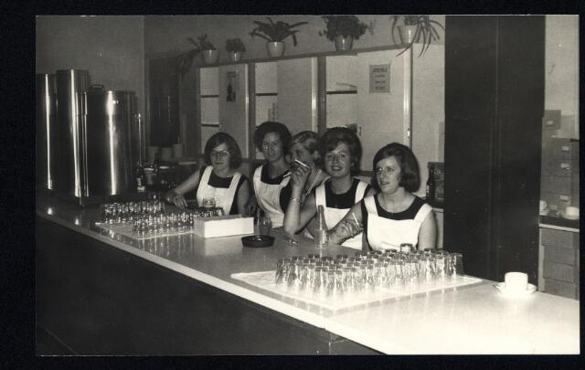 055057 - Noodkantine van de Volt Zuid? Van links naar rechts het kantinepersoneel: Mia van de Ven, Hannie Dankers, Jo Verhoof, Ietje Jansen en Tonnie Santegoets.
