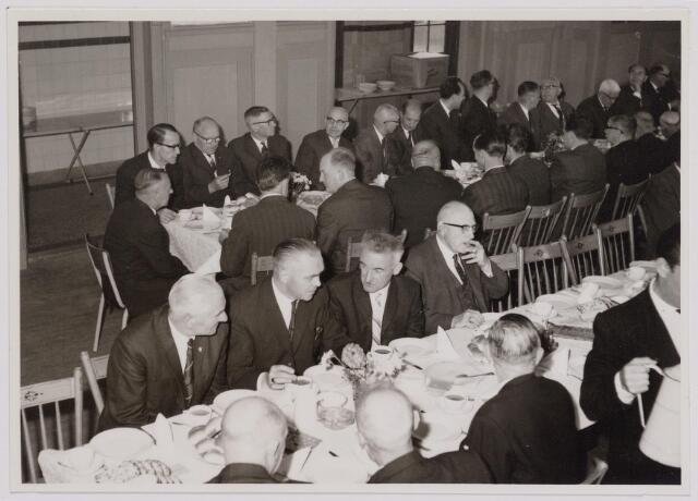 041108 - Vakbeweging. Op 31 augustus 1963 vierde de R.K. Bond Werkmeesters afd. Tilburg het 50-jarig bestaan. 1e een Solemnele H. Mis in de parochiekerk st. Jozef. 2e een feestelijk ontbijt in het parochiehuis aan de Veemarktstraat. 3e herdenkingsbijeenkomst in het Chicago-Theater. 4e Officiële receptie in de zalen van café-restaurant Th. van Broekhoven (Smidspad 42) 5e Feestavonden op 7 t/m 9 september 1963 met uitvoering Operette 'Rumoer in Weinbach'. foto: koffietafel