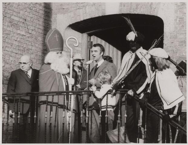 084714 - Sint-Nicolaas. Burgemeester Hogenbosch spreekt Sint toe. Links zijn Belgische collega