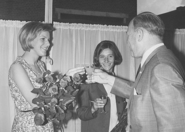 063953 - Personeel.  Els van Lieshout en Ans Somers nemen afscheid als kantoorjuffrouw van wollenstoffenfabriek A. & N. Mutsaerts.