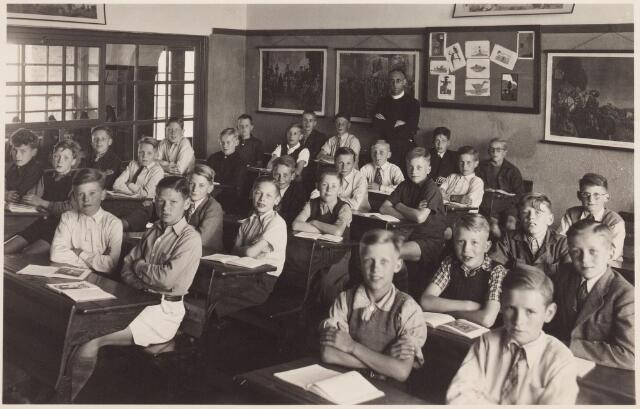 057548 - Basisonderwijs. Nicolaas van Eschstraat. Klassenfoto met frater Hyacinthus Zijlmans.