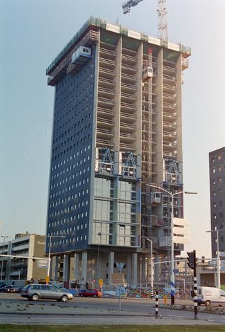 1237_001_009_013 - Architectuur. Werkzaamheden. De bouw van de woontoren Westpoint op de hoek van Ringbaan West en de Hart van Brabantlaan in 2002-2003.
