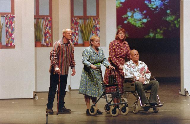 1237_001_027-2_016 - Cultuur. Theater. Tilburgse Revue. Waarschijnlijk de generale repetitie van de voorstelling Fèèn Familie op 17 maart 2005.