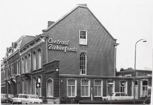 032800 - Het pand aan de Stationsstraat 22/hoek Poststraat waar voorheen het Centraal Ziekenfonds gevestigd was