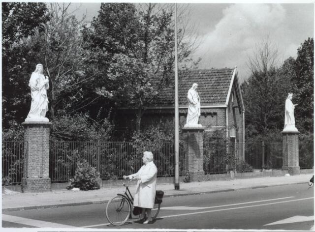027190 - Kerkhof Noordhoekring. Dame met fiets: Nel Engel, Oerlesestraat 195. Beeld links: Miep Engel.