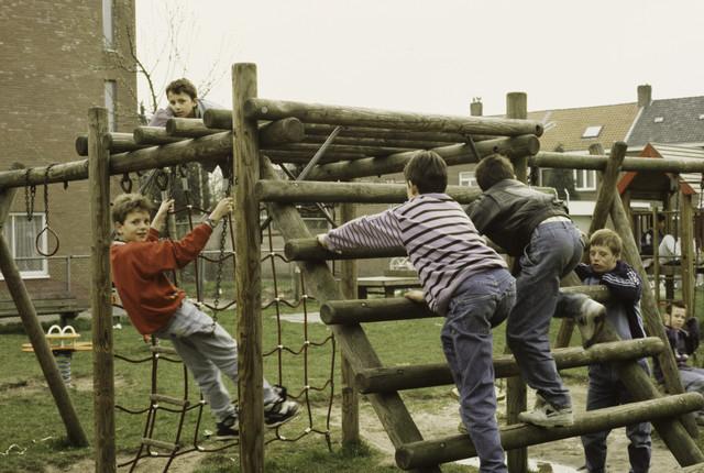 TLB023000416_009 - Spelende kinderen op een speelterrein.