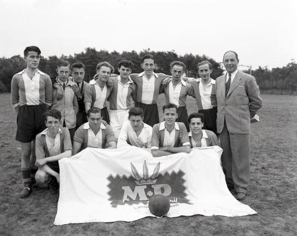 650492 - Schmidlin. Het voetbalelftal van textielweverij Mutsaers-van Poppel, juni 1952. Rechts de heer Tonnie van Poppel, eigenaar van het bedrijf. De wedstrijd werd gespeeld op het voetbalveld achter café het Wandelbos. M+P won van S.V.N. Uitslag 4-2.