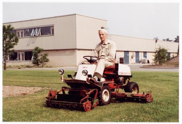 039320 - Volt. Noord. Technische Afdelingen/  Bedrijven. De heer van Broekhoven op de gazonmaaier bij Volt in 1982 tussen de gebouwen NR en NS aan de Zevenheuvelenweg  op complex Noord.