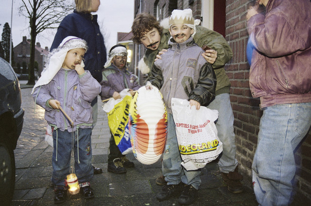 TLB023000638_001 - Als koning verklede kinderen met lampionnen bij het Driekoningenzingen.