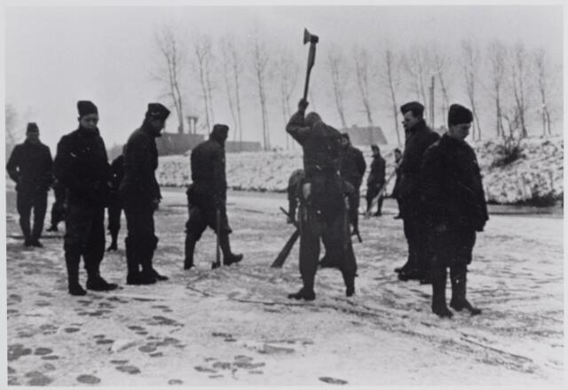 045621 - Mobilisatie. Soldaten van het tweede regiment wielrijders, hakken wakken in het ijs op het Wilhelminakanaal in de winter 1939/1940. Het ijs werd stuk gehakt om zo een hindernis op te werpen voor een eventueel oprukkende vijand.