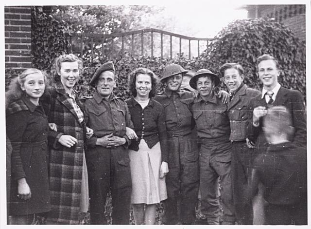 013256 - Tweede Wereldoorlog. Bevrijding. Een viertal Cameronians temidden van enkele blije bewoners van de Enschotsestraat