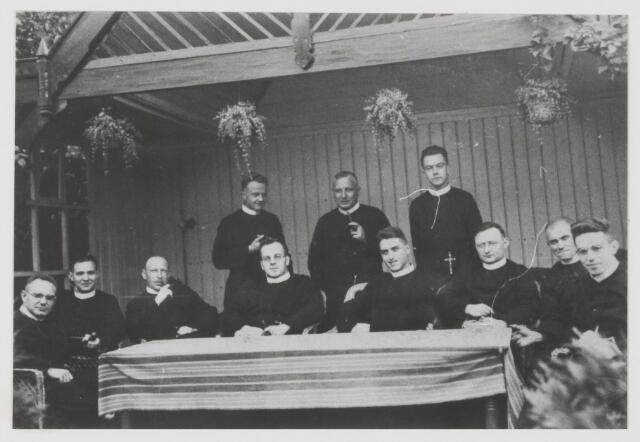 079367 - Convent van de Fraters in 1932. Voorste rij; Fr.F.van de Wouw. Fr.A. Oostelbos. Fr.E. Dusei. Fr.L.van Vechel Hecker. Fr.D. Simons. Fr.C. Versteylen. Fr.R. Joosen. Fr.A.van Rooy. achterste rij;  Fr.L.van Boxtel. Fr.P. Schepers. Fr.G. Smits.