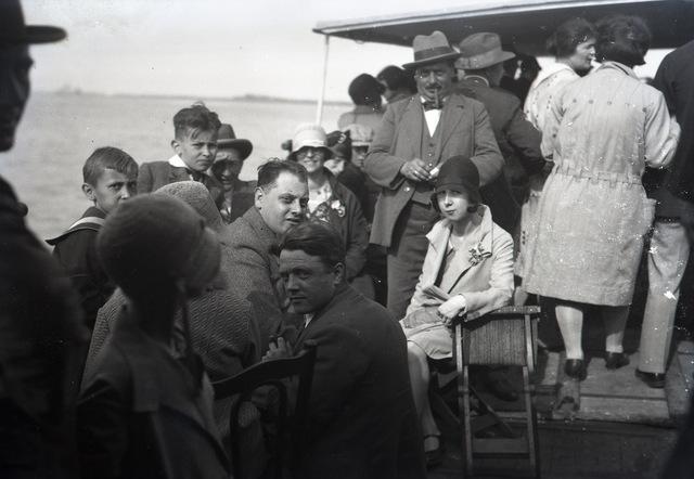 654403 - Privéarchief Schmidlin. In het midden links, kijkend in de lens Karel Schmidlin, fotograaf te Dongen. In het midden rechts, kijkend in de lens, Karels schoonzuster Betsy Schmidlin-Sellen.