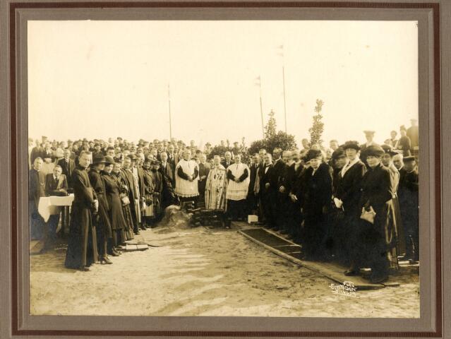 650633 - Schmidlin. De eerste steenlegging voor de bouw van de Willibrorduskerkvan de parochie Loven door pastoor F. Mannaerts (midden0, september 1921.