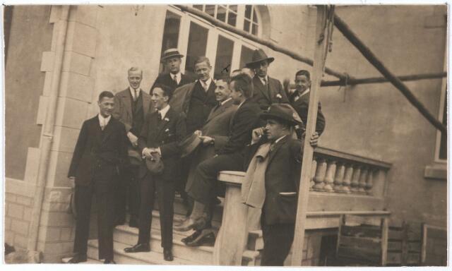 005457 - In het midden, met hoed in de hand: mr. Jan Eduard de QUAY (Den Bosch 1901 - Beers 1985), later commissaris van de Koningin in Noord-Brabant van 1946-1959, minister-president van 1959 tot 1963. Enige tijd woonde hij in Tilburg. Links: Miel Houben. Voorts te zien: kinderen Houben-Janssen.